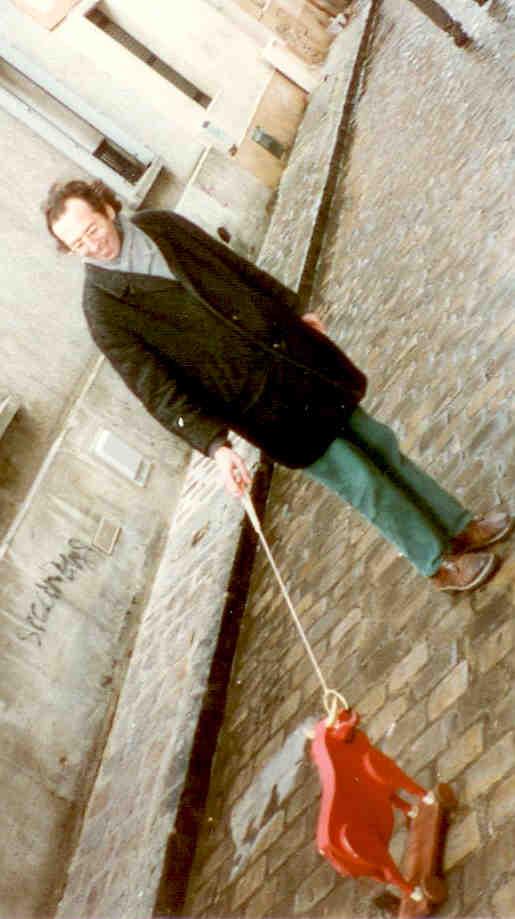 1 - Le mini-bœuf  à roulettes  fait sa première sortie rue des Thermopyles à Paris le 17 février 1996
