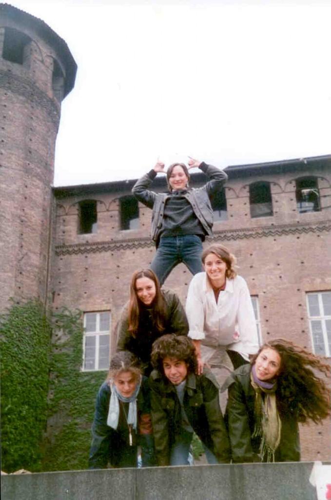 3 - Dans le cadre de la manifestation des étudiants en arts de Turin, le 12 mai 1997 - Au sommet de la pyramide, Chiara fait les cornes du boeuf gras