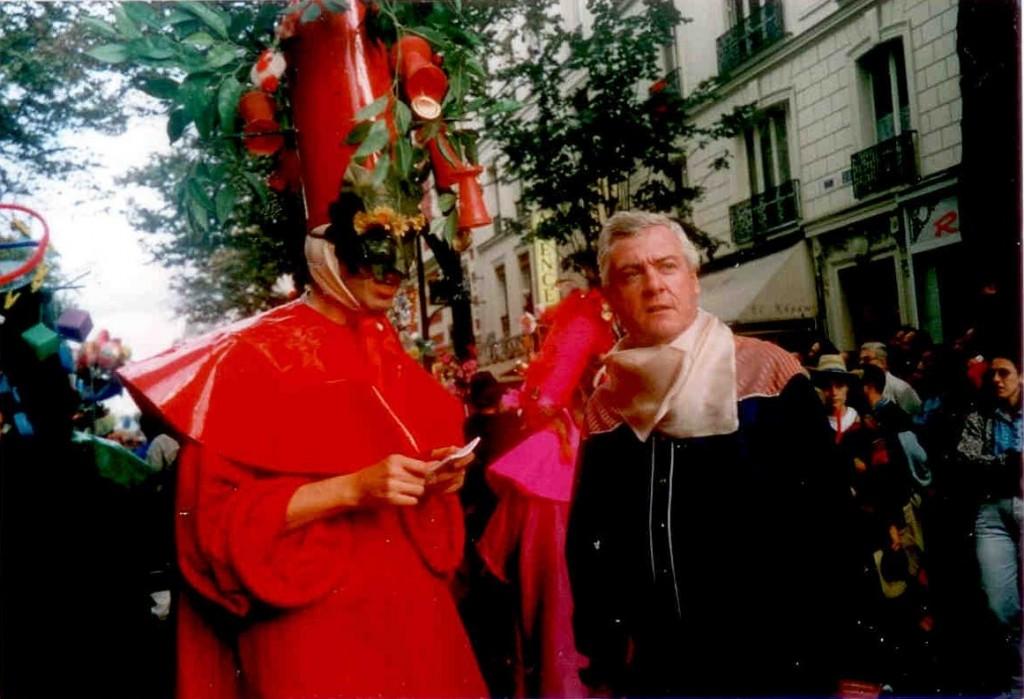 9 - Basile Pachkoff costumé en Pantruche et Alain Riou costumé en Buffalo Bill au second Carnaval de Paris le 26 septembre 1999