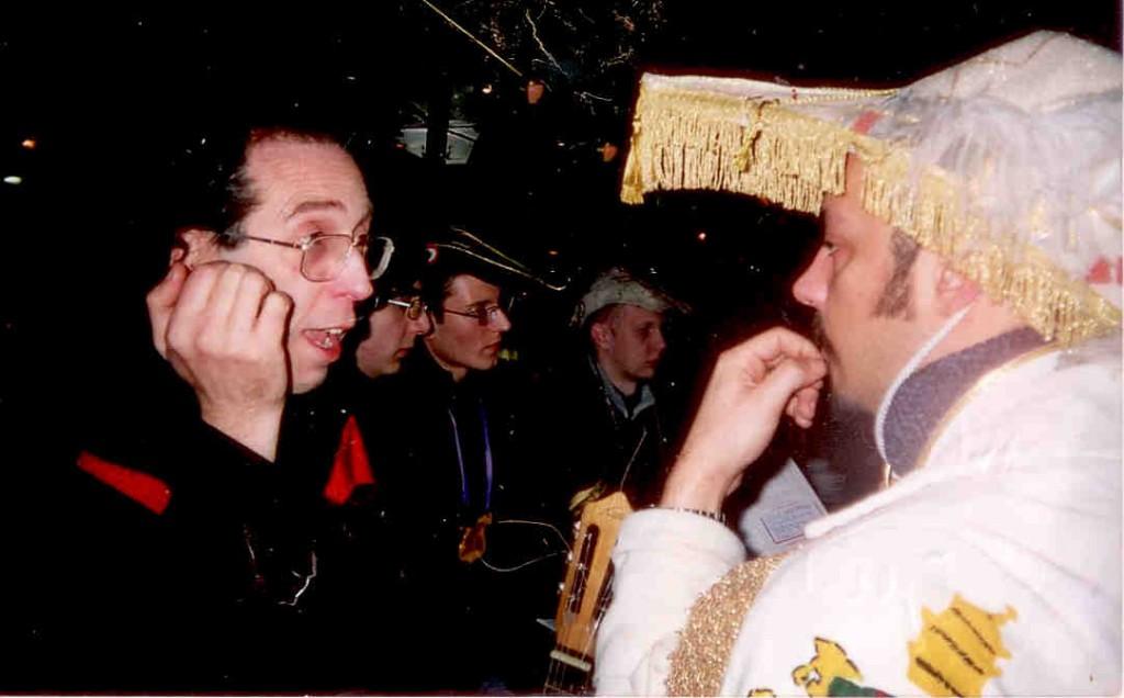 3Le soir du Carnaval de Paris 2005, dans un café du Quartier latin.